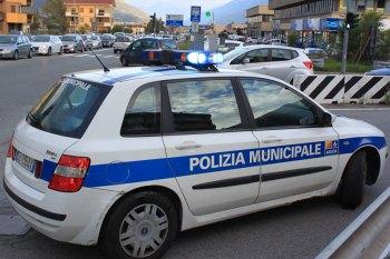Guida per Aosta urtando pali e veicoli: 38enne denunciato