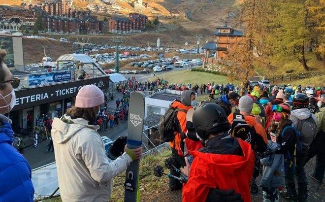Sciatori ammassati per raggiungere le piste da sci di Cervinia