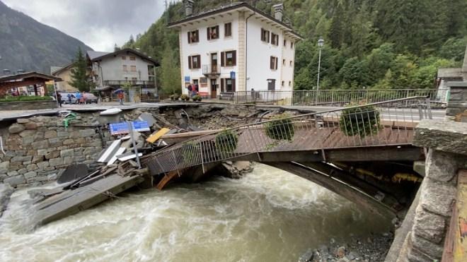 Ponte crollato a Gaby (foto Marco Mirabello)
